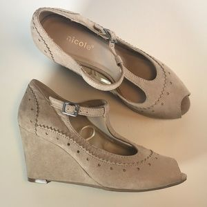 Nicole-NEW! Tan T-Strap Suede Wedges 🌟🌟🌟